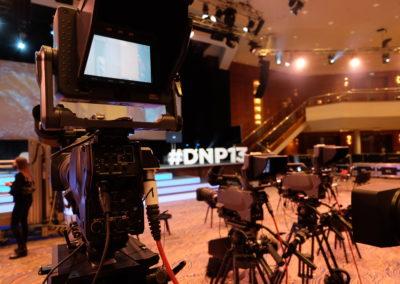 Drei Kameras auf Bühne gerichtet