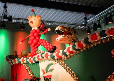 Karnevalszug geschmückt in Halle, an der Halle hängen Traversen mit Scheinwerfern zur Beleuchtung