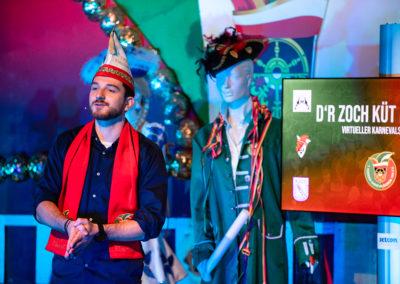 Ein Mann vom Elferrat Voerde steht vor der Kamera und moderiert