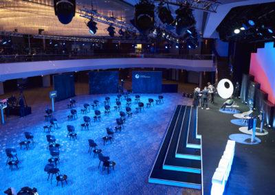 Fernansicht Bühne, Bühnentreppe, Showtreppe, Bühnenrücksetzer aus Rahmen bespannt mit Molton, Monitore, Bestuhlung