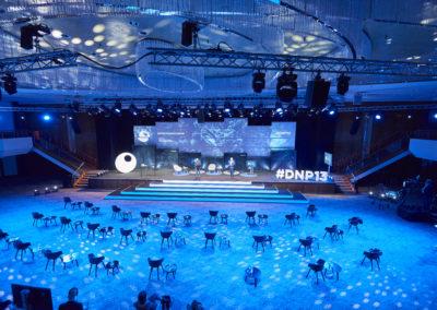 Fernansicht Bühne, Bühnentreppe, Showtreppe, Traversen mit Scheinwerfern an der Decke, Monitore, Bestuhlung
