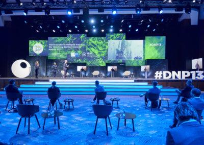 Bühnentreppe, Showtreppe, Bühnenrücksetzer aus Rahmen bespannt mit Molton, Monitore, Bestuhlung