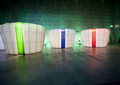 Beleuchtete Booths / Messestände bestehend aus Podest, Tragwerk, Stoffe, Türgrafik, Beleuchtung, Elektrik, Schiebetüren