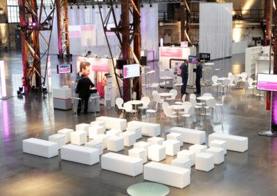 Weiße Cube Loungemöbel, kleine Infomessestände mit Theke, Monitor und Roll-up