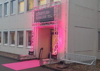 Traversentor beleuchtet, Künstlereingang, pinker Teppich