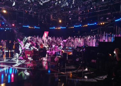 Fernsehstudio, Publikum aus Pappe, Studiobeleuchtung, Fernsehkameras, Studiokameras