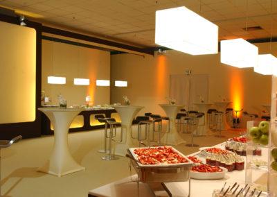 Buffetbereich, Cateringbereich, Stehtische mit weißen Hussen überzogen, schwarze Barhocker