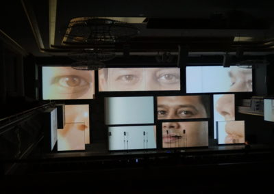 Kubus als Print Frame Alurahmen beleuchtet auf Bühne, auf Bühne stehen Mikrofone