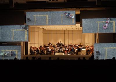 """Das Royal Philharmonic Orchestra aus London führt unter der Leitung des spanischen Dirigenten Josep Vicent das von Michael Nyman komponierte Werk """"Symphony No. 8: Water Dances"""" auf der Jubiläumsfeier der BASF auf."""