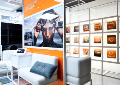 Cube+ Wandplatten pulverbeschichtet, Hub-Boden, Würfelgrid mit Teilweise gefüllten Wandflächen, Beleuchtung Deckengrid, Foliengrafiken, Effektbeleuchtung, Loungemöbel weiß