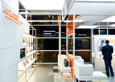 Cube+ Wandplatten pulverbeschichtet, Hub-Boden, Würfelgrid mit Teilweise gefüllten Wandflächen, Beleuchtung Deckengrid, Foliengrafiken, Effektbeleuchtung