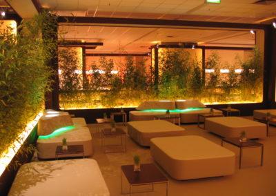 Loungemöbel mit Lehne aus Holzunterkonstruktion mit Kunstleder bezogen, Lehne in organischer Form mit Beleuchtung, Tische Nussbaum, Bambus als Abtrennung und Sichtschutz