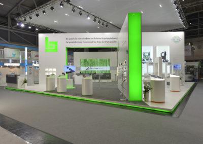 Messestand Systemwandabwicklung, Hebeboden beleuchtet, Teppich, Prospektständer, Ausstellungsvitrinen