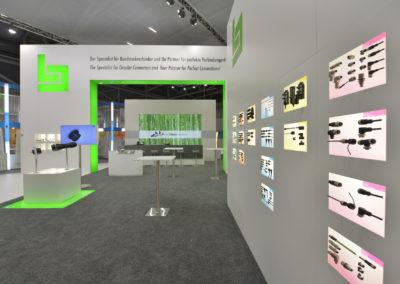 Messestand Systemwandabwicklung, Hebeboden beleuchtet, Teppich, Stehtische, Monitor