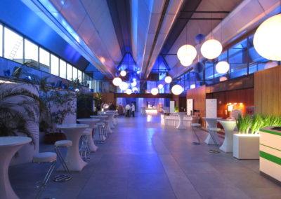 Foyer, Eingangsbereich, Eingangshalle, Stehtische mit weißen Hussen und weißen Barhockern, Lampions hängen von der Decke