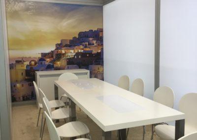 Quadro Vierkantprofile, LED Posterboxleiste für Quadro Rahmen, Schließfachschrank, Sideboard, weißer langer Tisch mit glatt-glänzender Oberfläche, weiße Konferenzstühle