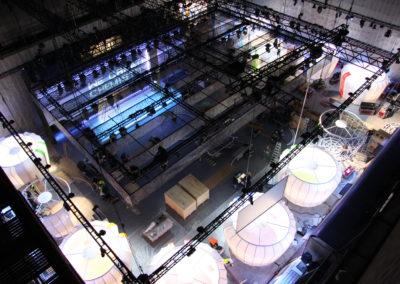 Vogelperspektive, Aufbau BASF WCC World Tour, Kubenartige Messestände, Traversen mit Scheinwerfern an der Decke