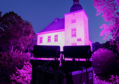"Gebäudebeleuchtung Wasserschloss Voerde in blau lila zur ""LightItUp4HD"" Kampagne"