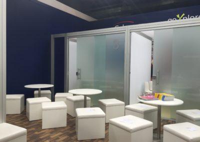 Quadro Vierkantprofile mit Glas Schiebetüren, PVC Bodenbelag, weiße Würfelhocker mit Beistelltisch Inox