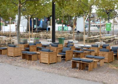 Holzloungemöbel mit grauen Sitzauflagen