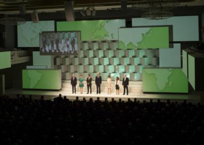 Dr. Kurt Bock und sechs BASF-Mitarbeiter aus der ganzen Welt begrüßen die Gäste beim Festakt zum 150. Jubiläum der BASF.