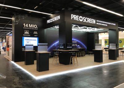 Messestand mit Systemboden, Wandbau Grafik, hinterleuchteter Digitaldruck, LED Wand-Cluster, Säulentische, Loungemöbel, Sternenhimmel, Fangnetz LED-Schläuche