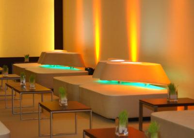 Loungemöbel mit Lehne aus Holzunterkonstruktion mit Kunstleder bezogen, Lehne in organischer Form mit Beleuchtung