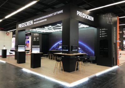 Messestand mit Systemboden, Wandbau Grafik, hinterleuchteter Digitaldruck, LED Wand-Cluster, Säulentische, Loungemöbel