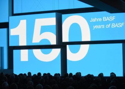 Als zentrales Präsentationselement über die gesamte Veranstaltung hinweg dienten 15 unterschiedlich große Bildschirme, die rund um die Bühne aufgebaut waren.