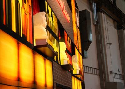 Beleuchtete Bühnenkulisse, Backstein, Jazz, Wein, Bar