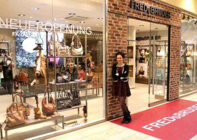 Constanze Alef, Designerin und Geschäftsführerin von FREDsBRUDER vor dem Ladenlokal