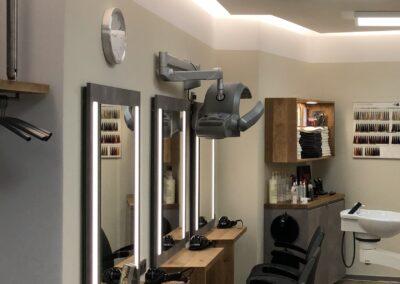 Drei Bedienplätze: Rückwandplatte aus KS in Betonoptik und beleuchteten Spiegeln, Ablagen aus Eiche Echtholz, Sideboard aus KS mit Eiche Platte, Waschtisch mit Unterschrank