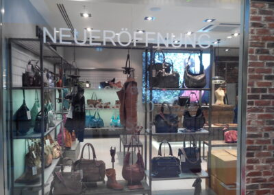 Sicht auf den FREDsBRUDER Shop, durch die Schaufenster sind Handtaschen und Jacken erkennbar
