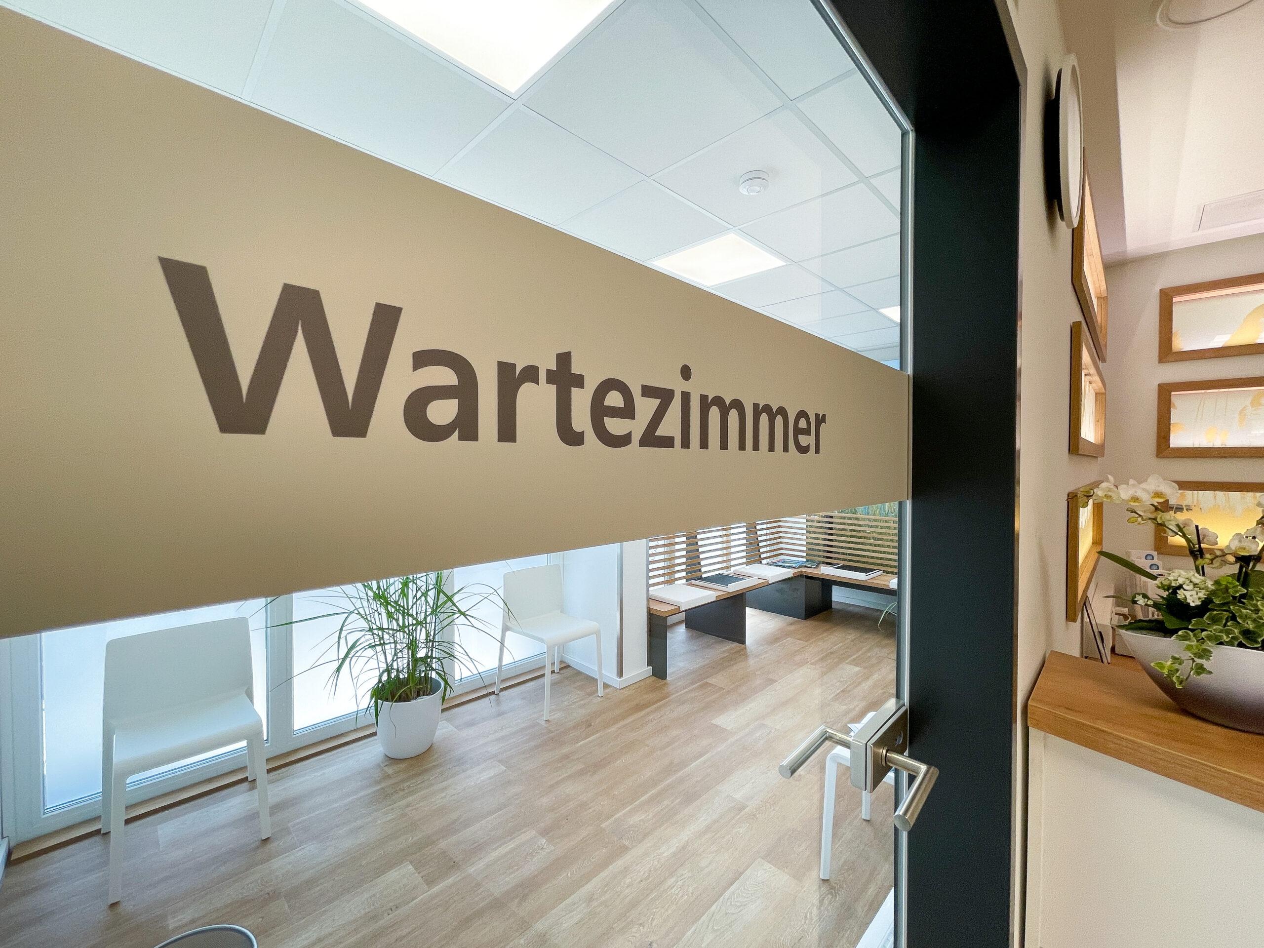 braun-beige Wartezimmer Türbeschriftung an durchsichtiger Glastür