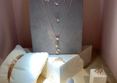 Schmuckausstellung, Ketten, Ohrringe und Ringe in Ausstellungsvitrine