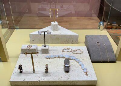 Schmuckvitrine, Vitrine mit Schmuck, Ketten, Ohrringe, Ringe und Armbänder liegen in der Vitrine