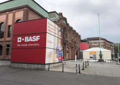 m:con Rosengarten Mannheim, BASF Hauptversammlung, Außenbereich mit Eingangszelt und 6x6 m große Glaskuben mit 4-seitigem Digitaldruck