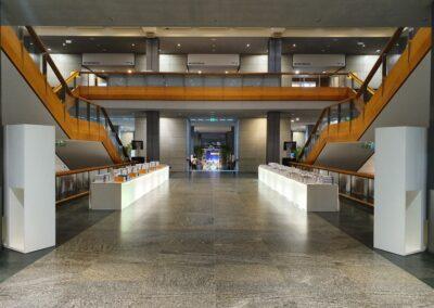 BASF Hauptversammlung, Eingangsbereich im Foyer mit beleuchteten Tischen für Bilanzbericht
