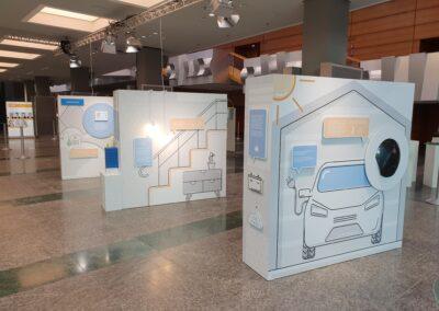 BASF Hauptversammlung, Foyer mit beleuchtetem Print Frame mit Plexi-Druck: Stele mit Vorstandsmitgliedern, im vorderen Bereich Ausstellung der BASF Themenwelten