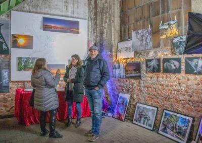 Weihnachtsmarkt in der Zeche Lohberg, Kunstausstellung mit Fotografiebildern, beleuchtete Wand mit Lichterkette
