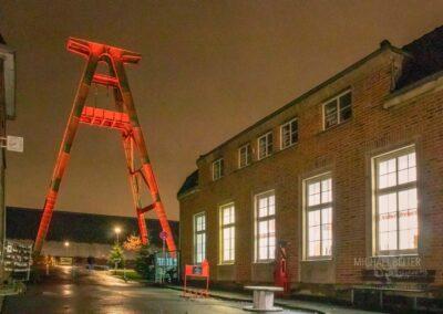Weihnachtsmarkt Zeche Lohberg, Außenbereich mit rot beleuchtetem Förderturm