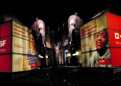 m:con Rosengarten Mannheim, BASF Hauptversammlung, Außenbereich im Dunkeln, beleuchtete 6x6 m große Glaskuben mit 4-seitigem Digitaldruck