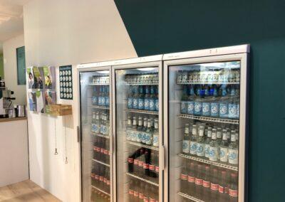 Messestand, Messebau, Messebauer, Kulissenbau, digitale Vermarktung, Networking, Kühlschränke, kühle Getränke, Flaschenöffner, Behältnis Kronkorken, Prospekthalter Wand, Seitenansicht