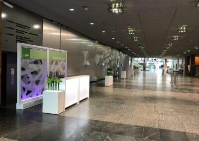 BASF Hauptversammlung, Empfangshalle mit Raumtrenner, Acryl Trennwandmodule mit dimmbarer RGB-LED Beleuchtung, Theke für Wortmeldungen