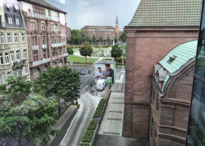 m:con Rosengarten Mannheim, BASF Hauptversammlung, Außenbereich aus Vogelperspektive, 6x6 m große Glaskuben mit 4-seitigem Digitaldruck
