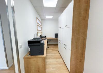 Backoffice, Arbeitszimmer, gut genutze Fläche, Einbauschränke, Sitzgelegenheiten, Eckarbeitstisch, Drucker, Computer, Arbeitsplätze