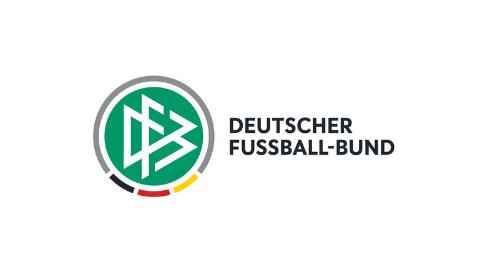 grünes DFB Logoemblem mit Halbkreis in grau und gestrichelter Linie in schwarz rot gold, schwarzer Logoschriftzug Deutscher Fussball-bund auf weißem Hintergrund