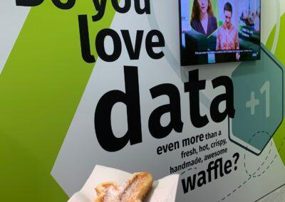 Messestand, Messebau, Messebauer, Kulissenbau, Messewand, Messewand mit Logo / Beschriftung, Monitor, personalisierte Waffel, do you love data