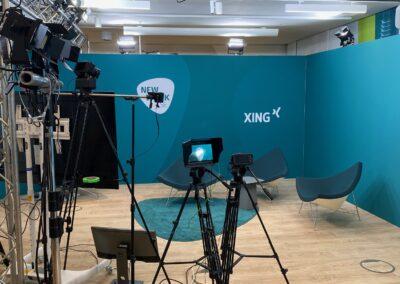 Interview Kulisse aus Standard Messesystem mit PC Boden in Eiche-Optik, Kameratechnik für Aufzeichnung, Traversenkonstruktion für Scheinwerfer