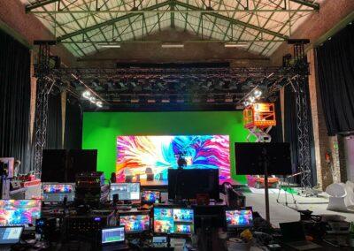 Greenscreen, Leinwand, Aufnahmesituation, Arbeitsbühne, Monitore, Aufnahmen, Setbauer, Green Screen Setup, Live-Streaming, virtuelles Umfeld, Setaufbau, Technik, technisches Equipment